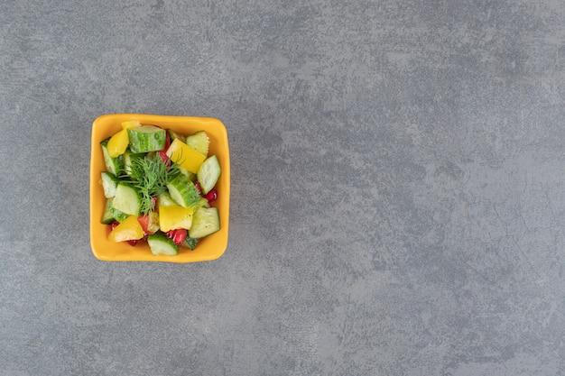 오렌지 그릇에 맛 있는 야채 샐러드입니다. 고품질 사진