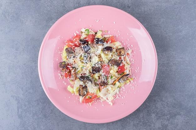 ピンクのプレートに美味しい野菜サラダ。