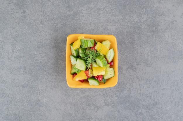 Insalata di verdure deliziosa in ciotola arancione. foto di alta qualità