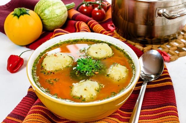 Вкусный овощной суп с клецками в миске