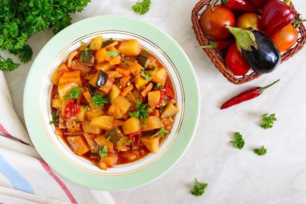 Вкусное овощное рагу в миске на столе