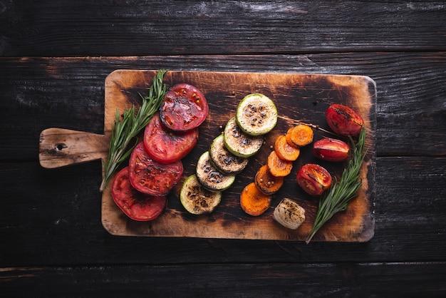 テーブルの上でおいしい野菜、グリルで調理する