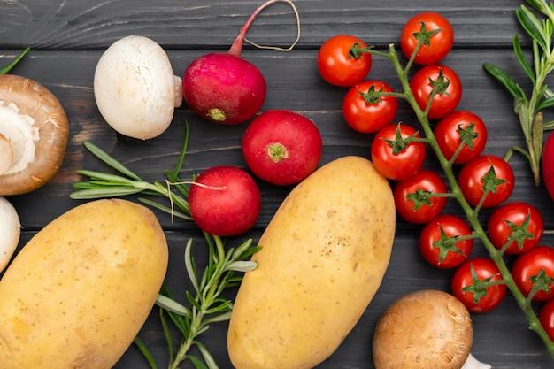 Вкусные овощи на деревянном фоне