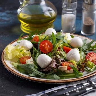 루꼴라와 신선한 야채를 곁들인 맛있는 채식 샐러드