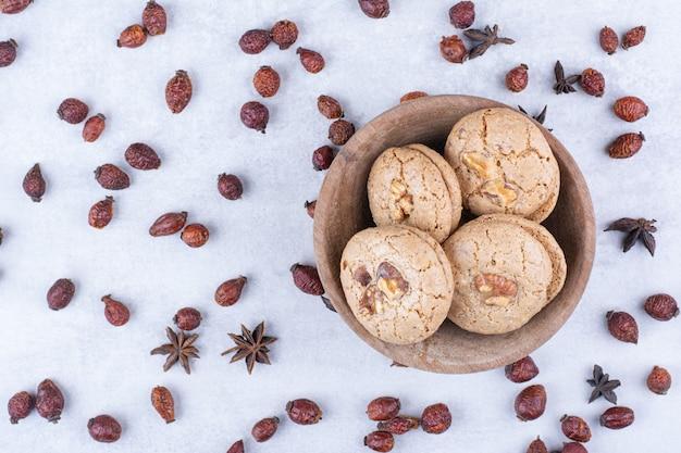 ローズヒップのボウルに美味しいクルミのクッキー。