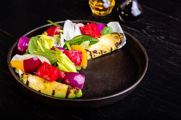 レストランでアボカドのおいしい温かい焼き野菜サラダ
