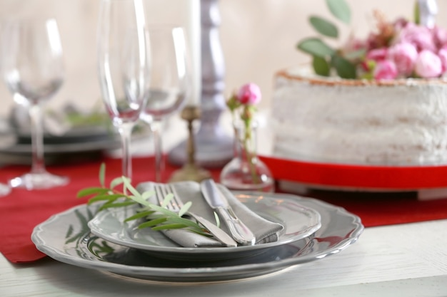 아름답게 제공된 테이블에 맛있는 웨딩 케이크
