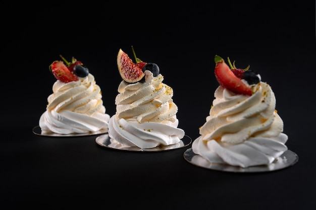 고립 된 딸기와 맛있는 휘 핑된 크림