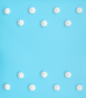 파란색 배경에 맛있는 흰색 메렝게.