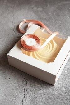Вкусный белый пирог в подарочной упаковке. вкусный десерт - кремовый пирог от кондитера