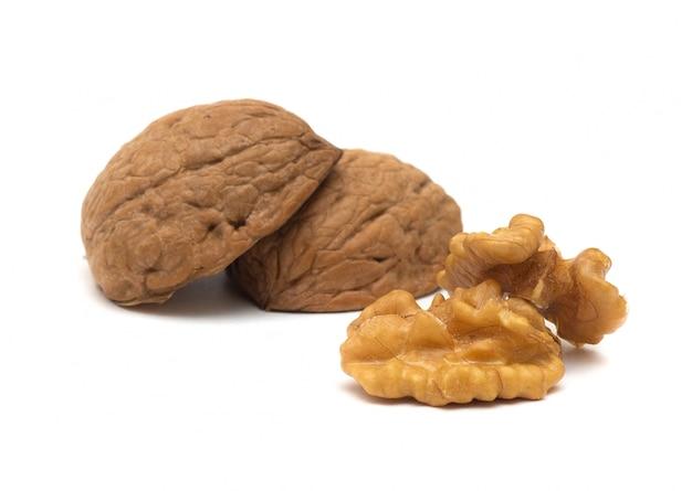 Вкусные целые и сломанные грецкие орехи, изолированные на белом фоне