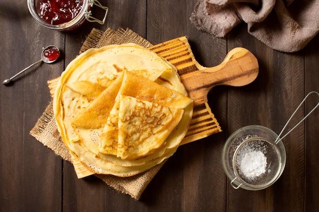 Delizioso dessert crepe invernale con marmellata e zucchero