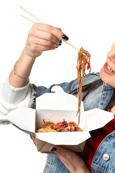 맛있는 야키소바. 배달, 닭고기와 야채 소녀의 아시아 요리가 먹는다.