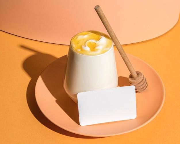Delizioso concetto di yogurt con copia spazio