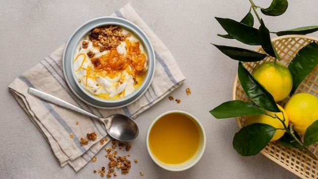 레몬 껍질과 꿀이 들어간 맛있는 요구르트