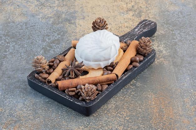 Вкусный зефир с кофейными зернами и шишками. фото высокого качества