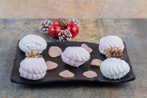 Вкусные зефиры с желейными конфетами и шишками. фото высокого качества