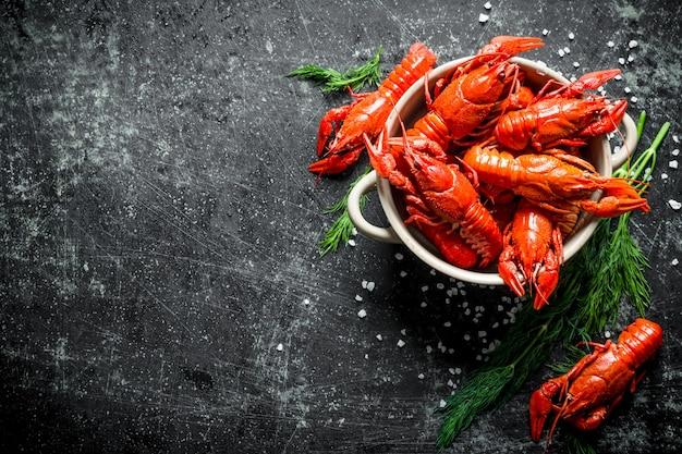 Восхитительно приготовленные красные раки в миске с укропом.