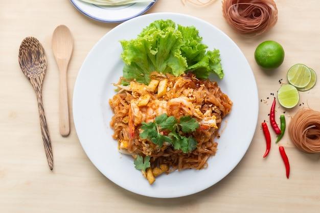 Deliciuos коричневая рисовая лапша с креветками