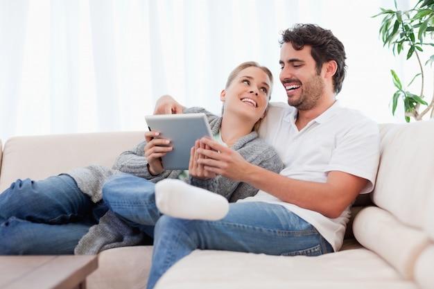 タブレットコンピュータを使用して喜んでカップル