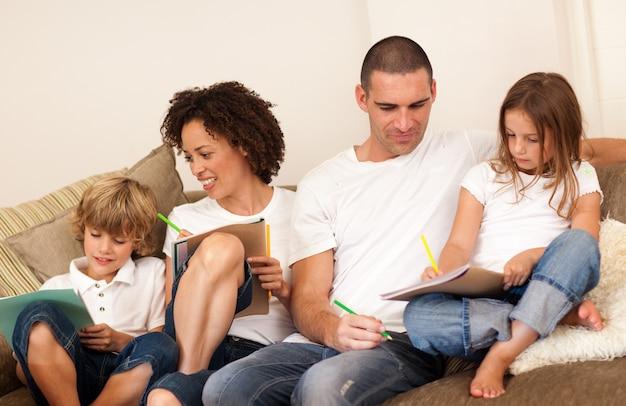 ソファに座っている喜んでいる家族
