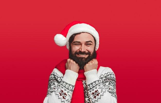 クリスマス休暇を祝う喜んでいる流行に敏感な男