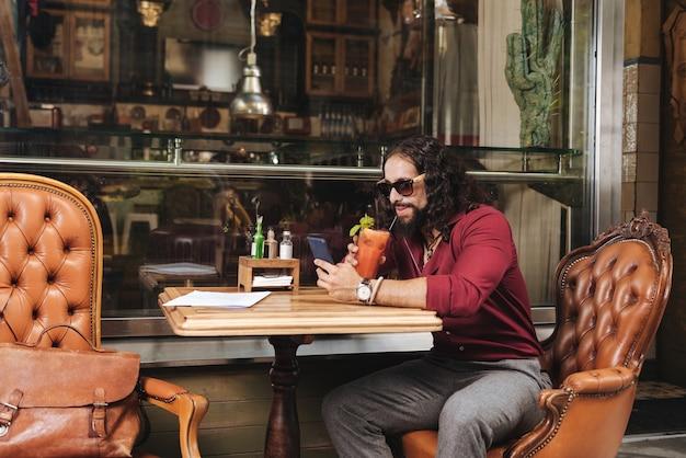 카페에있는 동안 선글라스를 쓰고 기뻐 좋은 남자