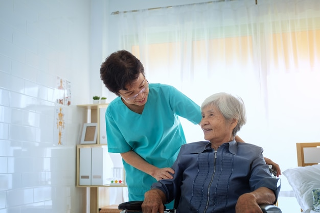 Восхищенный позитивный опекун, помогающий пациенту