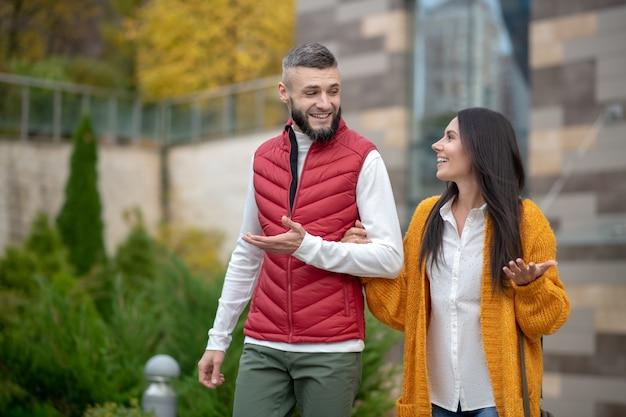 첫 데이트를하면서 즐거운 시간을 보내고있는 긍정적 인 사람들