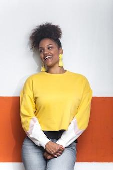Восторге стильная черная женщина в красочном наряде
