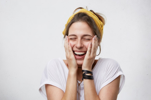 Восхитительная женщина, закрывая глаза от удовольствия, чувствуя возбуждение