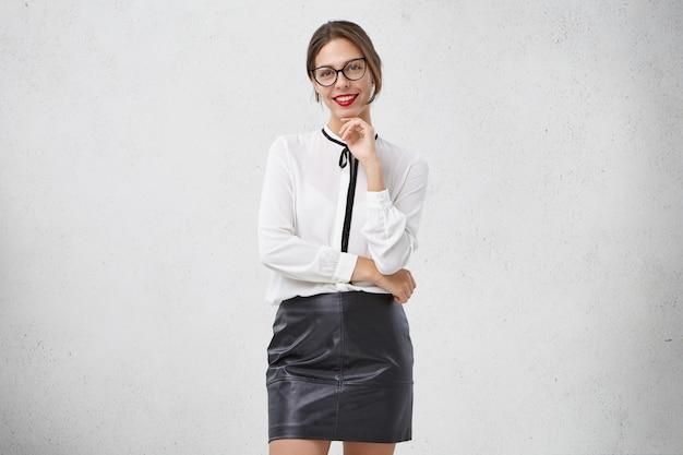 楽しい笑顔の女性モデルは喜んでいる肯定的な感情を表現します