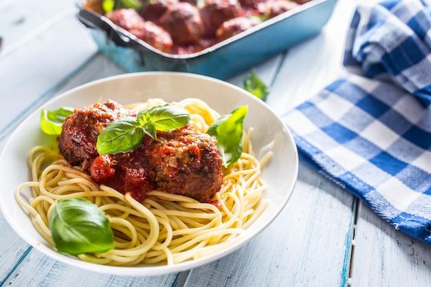 하얀 접시에 파스타 스파게티와 바질을 넣은 맛있는 이탈리아 식사 고기 쇠고기 공.