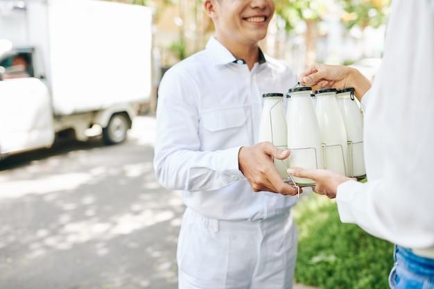 Доставка бутылок с молоком