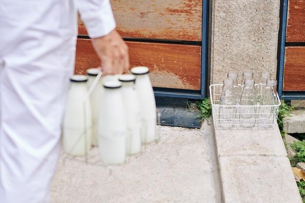 Доставка молока ранним утром