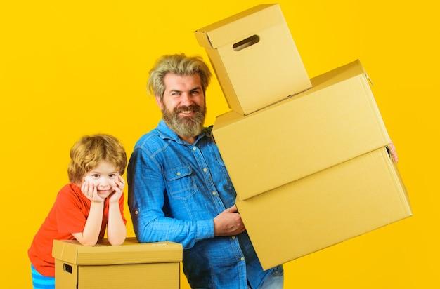 Доставка и семейное время. счастливый сын и отец с картонной коробкой.