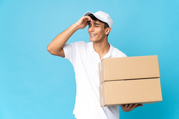 Delivery argentinian man isolated on blue background has realized something and intending the solution
