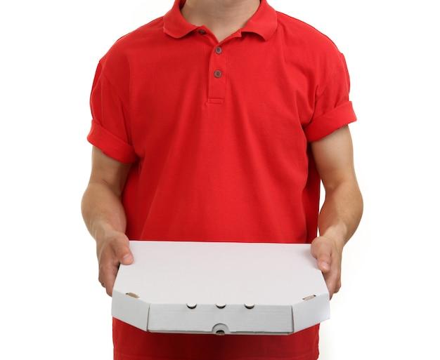 白で隔離される段ボールのピザの箱と配達の少年
