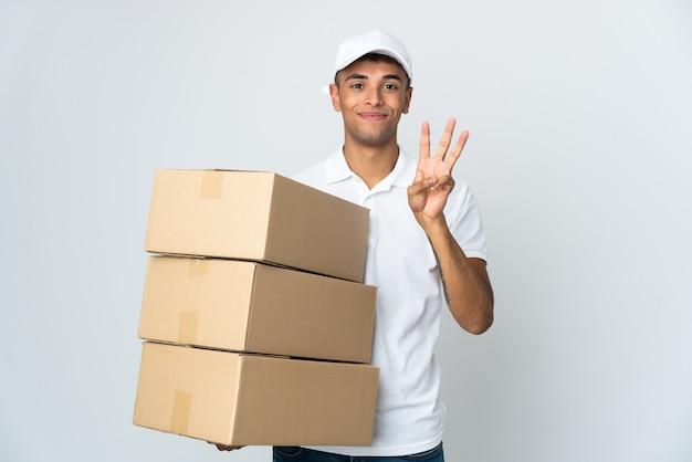 Доставка бразильский мужчина изолирован на белом фоне счастливым и считая три пальцами