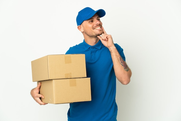 Delivery caucasian man isolated thinking an idea while looking up