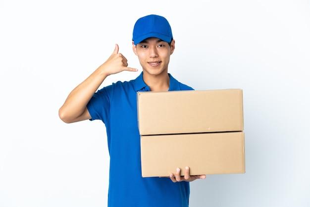 電話ジェスチャーを作る空白で隔離の配達中国人男性。コールバックサイン