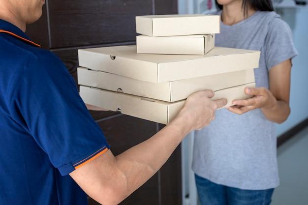 自宅でピザを提供する配達概念男