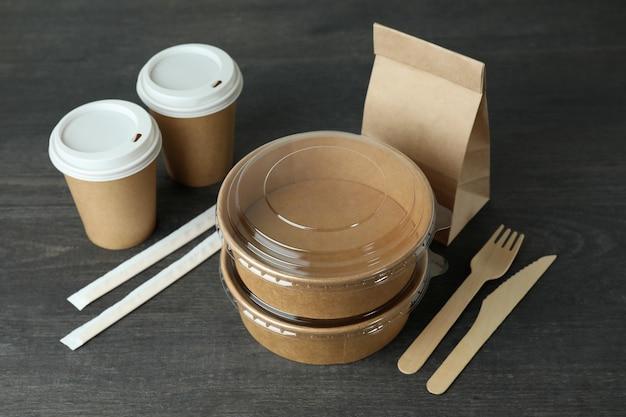 暗い木製のテーブルの持ち帰り用食品の配達容器