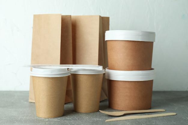 Контейнеры для доставки еды на вынос на сером текстурированном столе