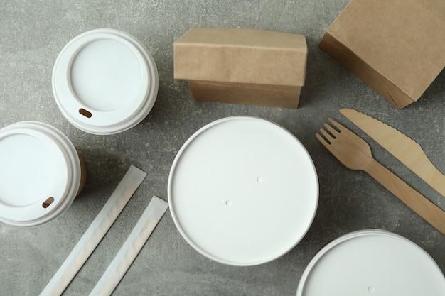 灰色の織り目加工のテーブルの持ち帰り用食品の配達容器