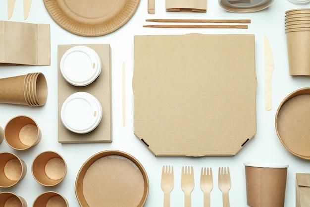 Контейнеры для доставки еды на вынос на белом фоне