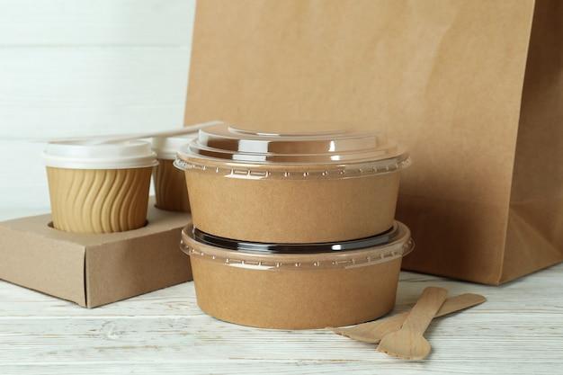 Контейнеры для доставки еды на вынос на белом деревянном столе