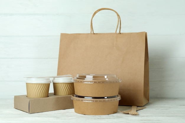 白い木製のテーブルの持ち帰り用食品の配達容器