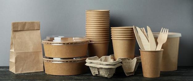 Контейнеры для доставки еды на вынос на деревянном столе