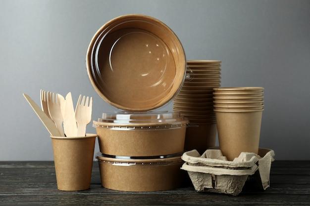 木製テーブルの持ち帰り用食品の配達容器